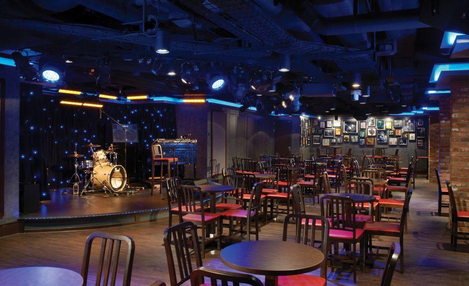 Norwegian Breakaway - Norwegian Cruise Lines - pódium v klubu Fat Cats Jazz and Blues Club