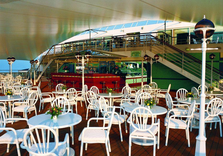 Pride of America - Norwegian Cruise Lines - The Great Outdoors samoobslužná restaurace a venkovní bar