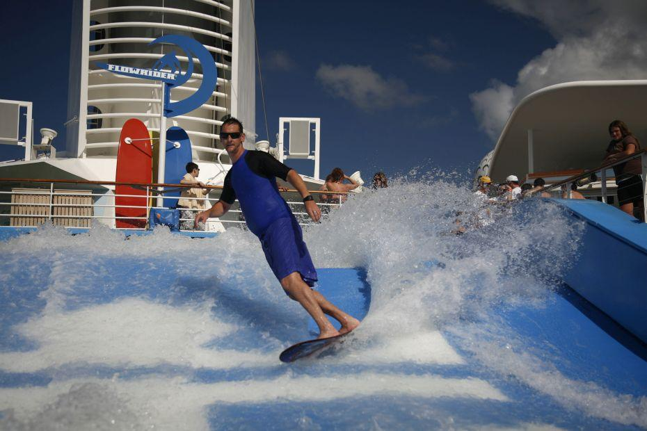 Freedom of the Seas - Royal Caribbean International - surfař jedoucí na umělé vlně