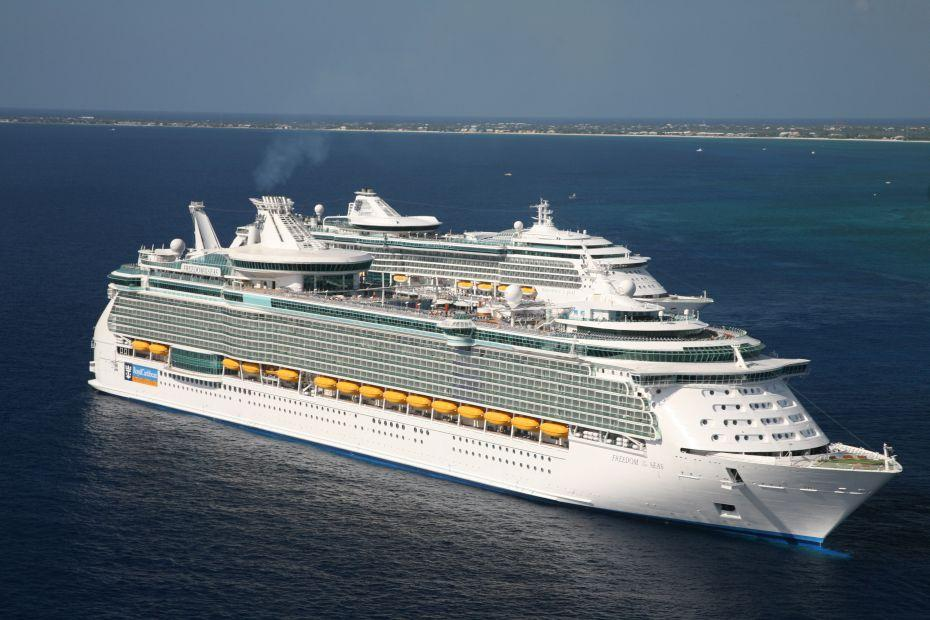 Freedom of the Seas - Royal Caribbean International - loď u pobřeží