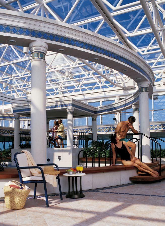 Vision of the Seas - Royal Caribbean International - lidé bavící se u bazénu v antickém stylu